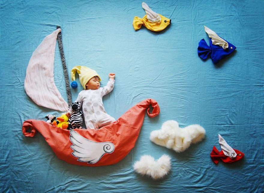 Una mamma creativa trasforma le foto del figlio che dorme in arte